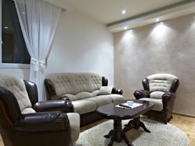 Черно-белое оформление маленькой гостиной