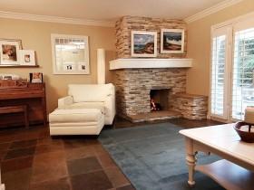 Интерьер маленькой гостиной в коттедже