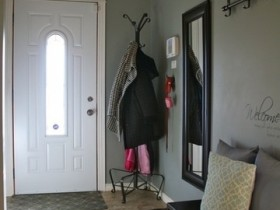 Beautiful small hallway with coat rack and mirror