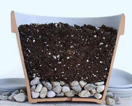 Дренажный слой и почва в вазоне для посадки цветов