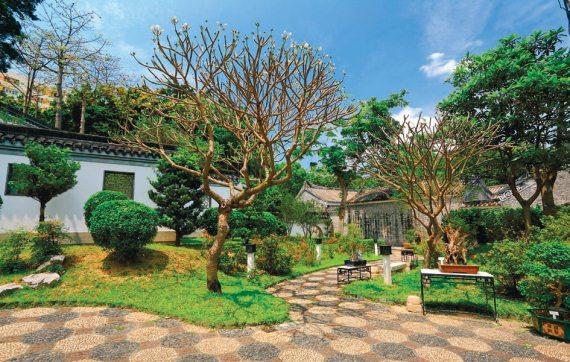 На фото показаны особенности планировки сада в стиле модерн, как один из вариантов оформления.
