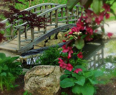 Садовый мостик на дачном участке