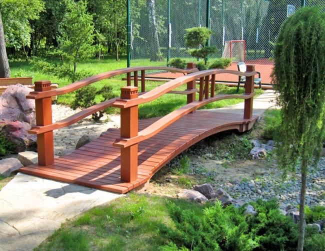 Деревянный садовый мостик