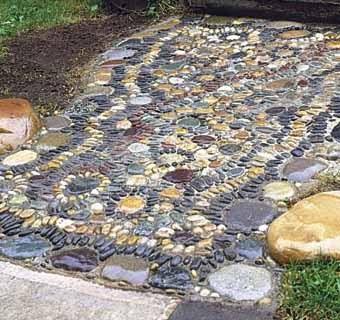 Мозаика возле садовой дорожки