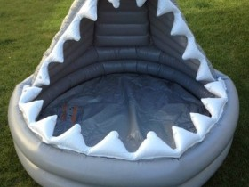 Надзіманы басейн у выглядзе акулы