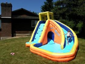 Ігрова зона з дитячим надувним басейном