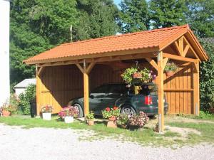 Деревянный навес для машины