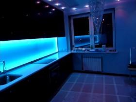 Современная кухня с подсветкой