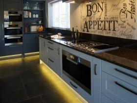 Идея дизайна кухни с подсветкой