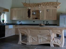 Оригинальный дизайн деревянной кухни на заказ