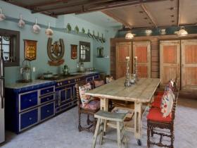 Дизайнерская кухня с синей мебелью