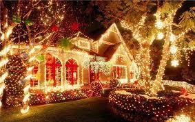 Новогодние гирлянды украшающие фасад и придомовую территорию.