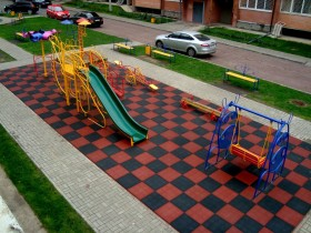 The arrangement of the Playground in front of the house