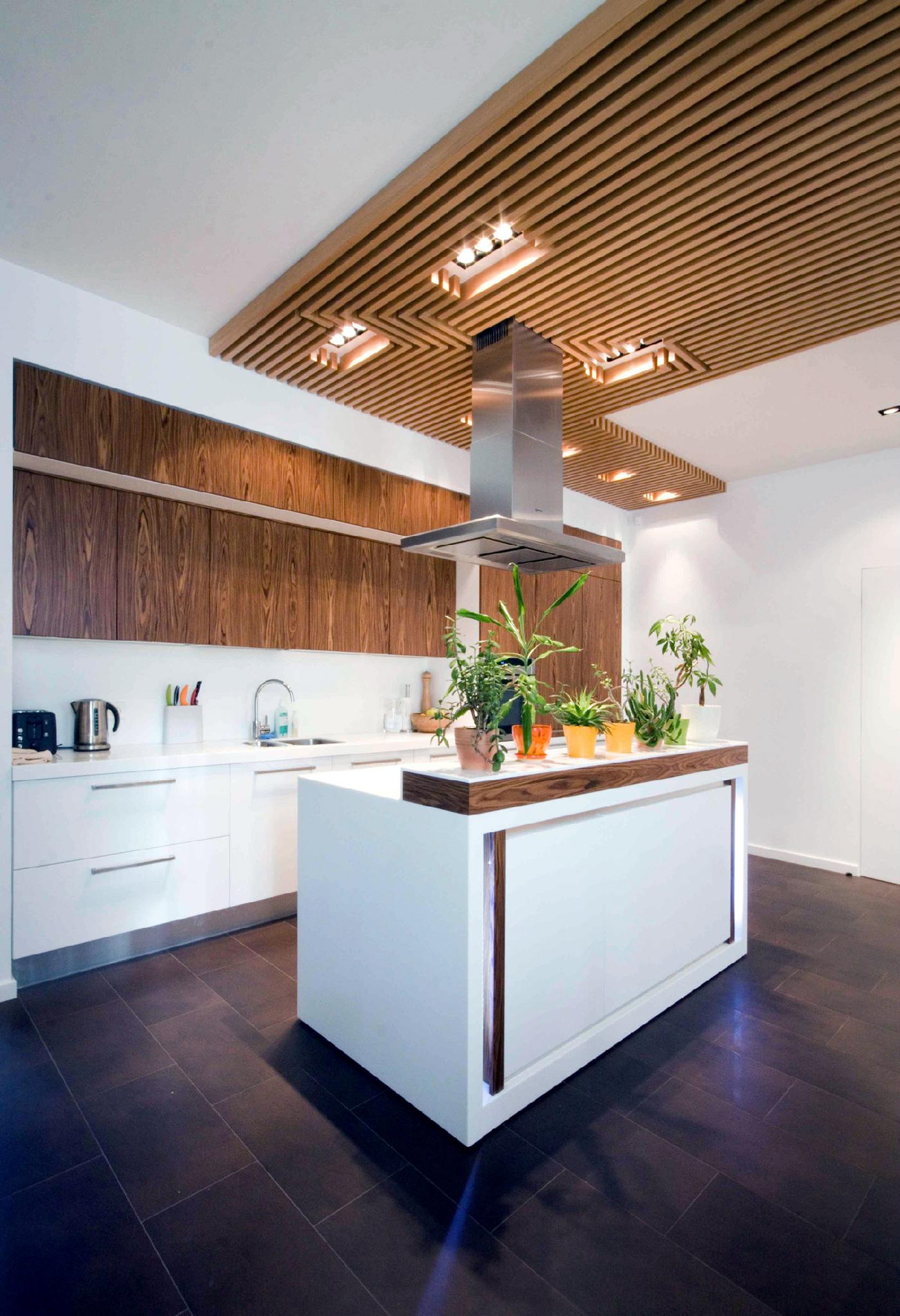 Светлая кухня с кухонными островком