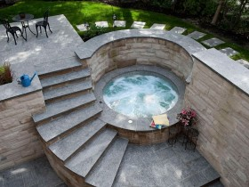 Round swimming pool with Jacuzzi