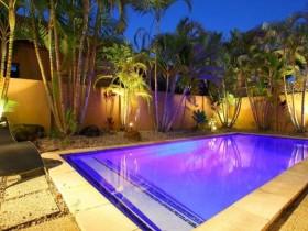 Открытый бассейн с декоративной подсветкой