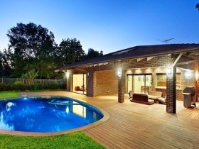 Красивый бассейн на даче