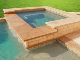Квадратный бассейн на даче
