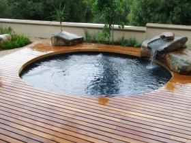 Красивый круглый бассейн