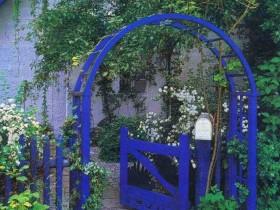 Палисадник с синей аркой