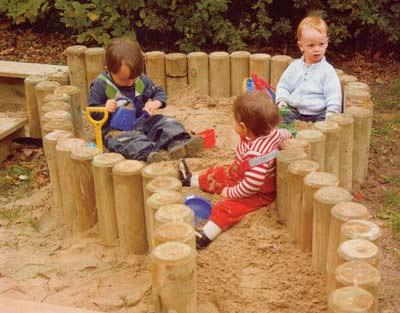Переносная песочница, сделанная из бревен