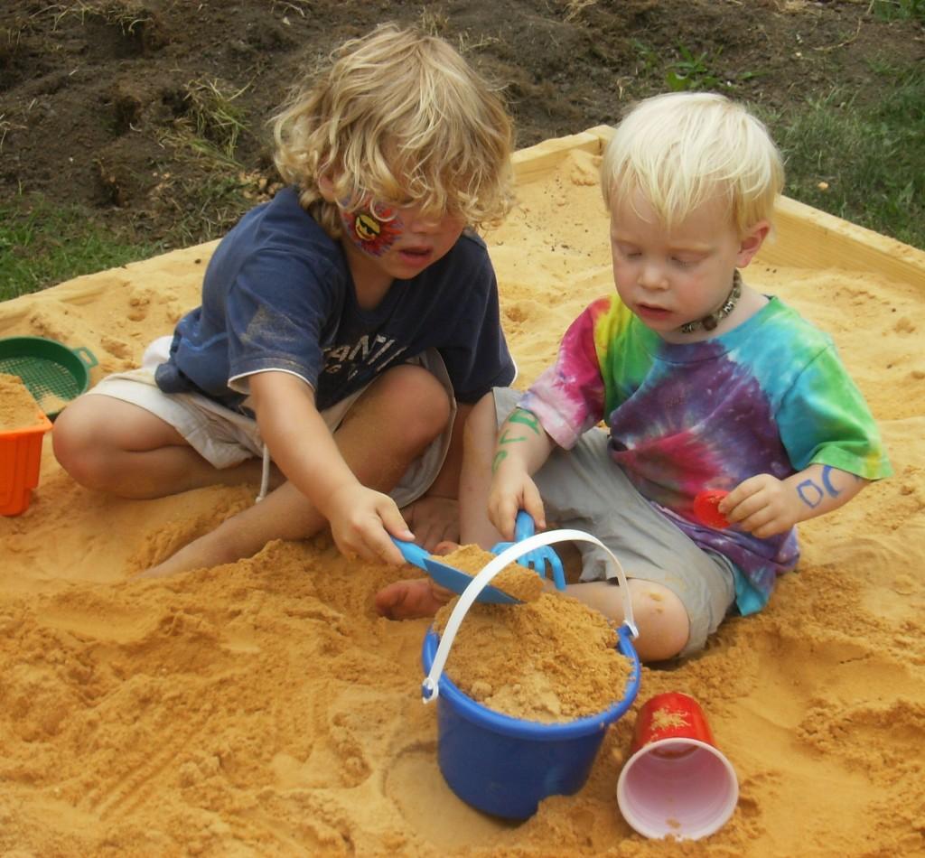 Стационарная песочница для детей