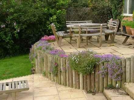 Легкая подпорная стенка из деревянных бревен