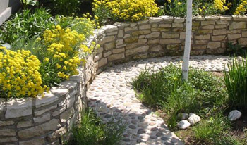 Капитальная подпорная стенка из камня