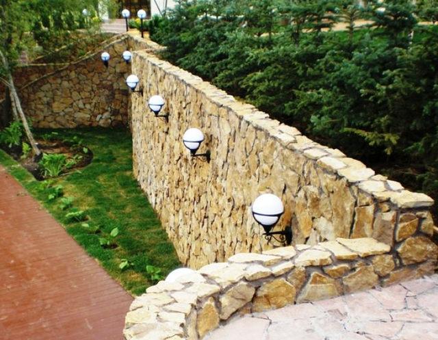 Освещение подпорной стенки садовыми фонариками