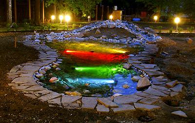 Креативная подсветка дачного фонтана