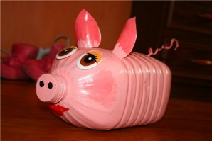 Create pigs out of plastic bottles
