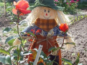 A Scarecrow in the form of a fairy-tale hero