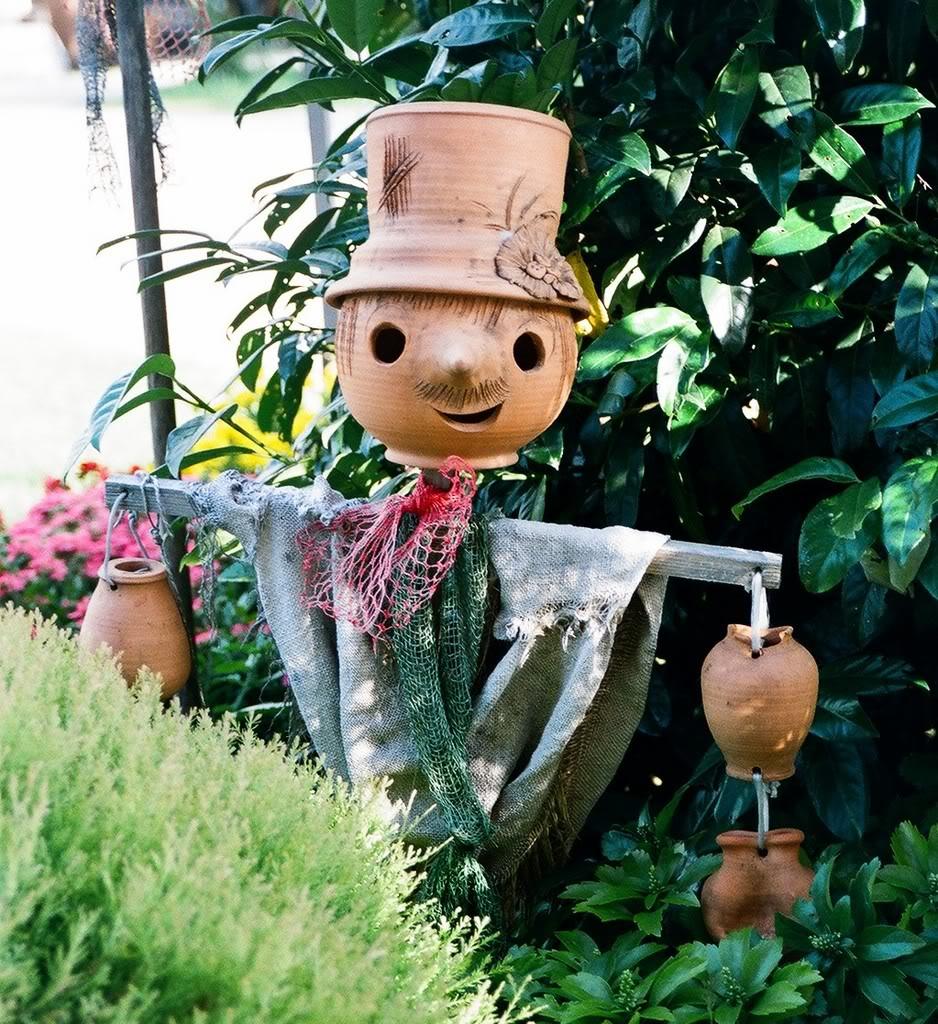 Сделать пугало для огорода своими руками 8