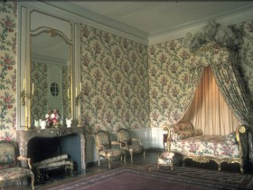 Bedroom design in the Rococo style