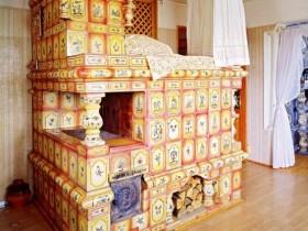 Російська піч на дровах в інтер'єрі будинку