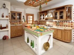 Красива біла кухня з дерев'яними меблями