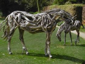 Кінь з дерев'яних корчів