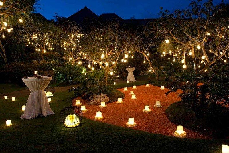 На фото показан сад при фонарях, как еще один вариант романтического освещения всей территории участка в одном стиле.