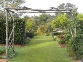 U-shaped garden arch