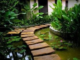 Садовая дорожка из каменных глыб