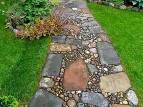 Садовая дорожка из глыб с мозаикой