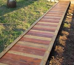 Садова доріжка з дерев'яного настилу