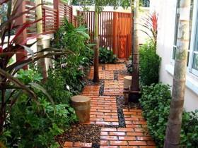 Садова доріжка із цегли та каменю