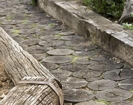 Садовая дорожка из бруса и спила