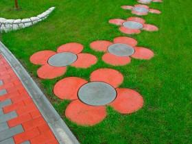 Садова доріжка у формі ромашки