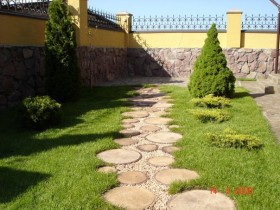 Garden path of the saw cuts of different diameters