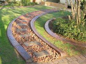 Садовая дорожка из дерева в форме рельс