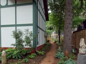Простая и аккуратная садовая дорожка