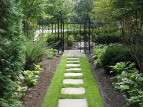 Садовая дорожка из плитки на газоне