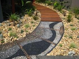 Дорожка в саду из мозаики и дерева